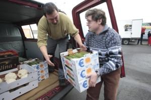 Beladen eines Tafel-Fahrzeugs mit gespendeten Lebensmitteln