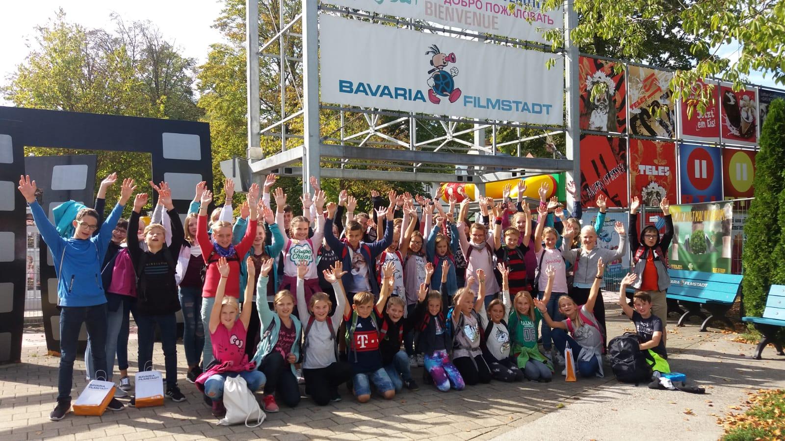 Gruppenbild der Ministranten der Pfarreiengemeinschaft beim Ausflug im September 2018 zur Bavaria Filmstadt in Geiselgasteig