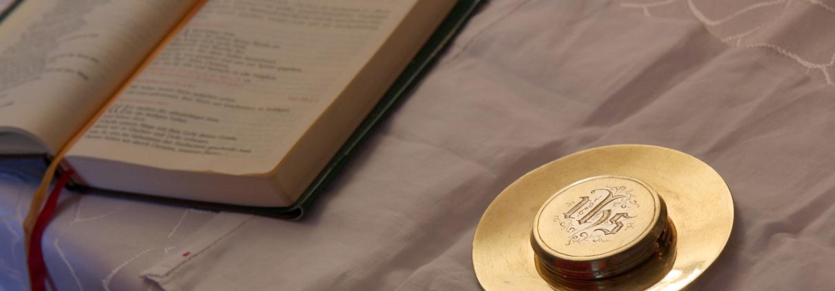 Krankenkommunion - goldene Hostienschale und Gebetbuch