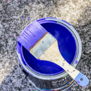 Pinsel mit Farbeimer